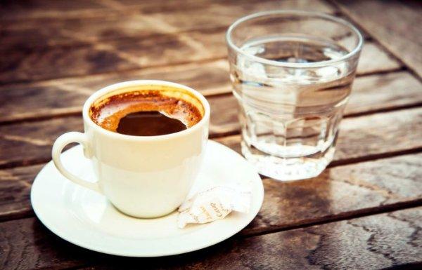 Турецкая традиция: зачем с кофе подают стакан воды.