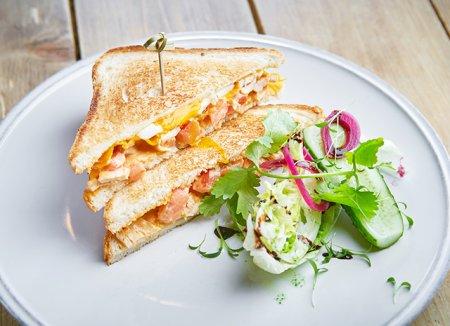 Сэндвич с курицей и карри на завтрак.