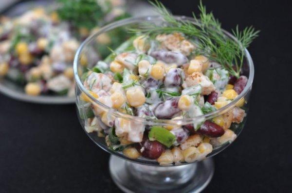 Очень быстрый и вкусный салат с фасолью, кукурузой и сухариками