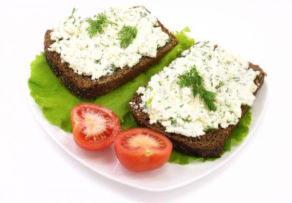 Отличный рецепт, как приготовить домашний сыр с зеленью и тмином для завтрака.