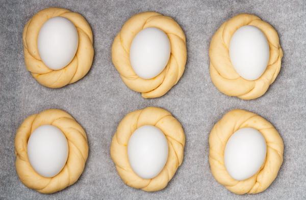 """""""Булочки-подставки"""" для крашеных пасхальных яиц"""