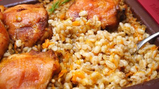 Чем проще блюдо, тем вкуснее: курица с перловкой в духовке