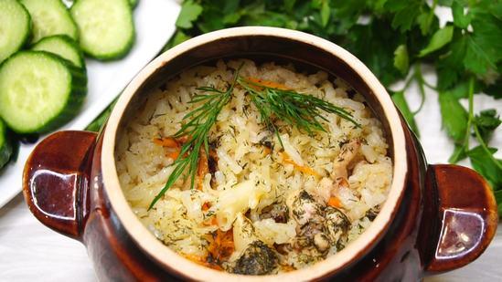 Вкусный и ароматный рис с курицей в горшочке