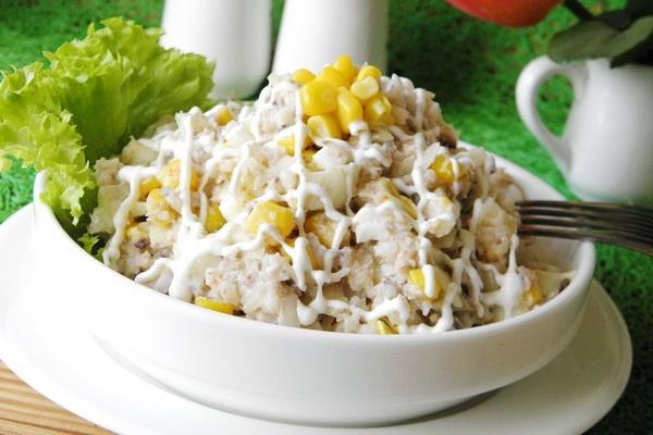 Простой и доступный рыбный салатик для семейного обеда или ужина