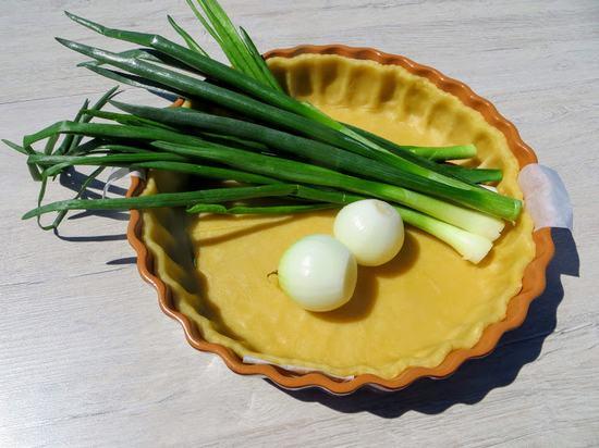 Очень простой, но очень вкусный заливной пирог с зелёным луком
