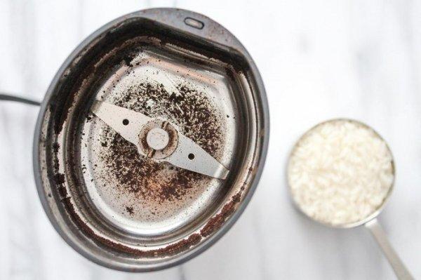 Самый лучший способ очистить кофемолку, которую нельзя мыть
