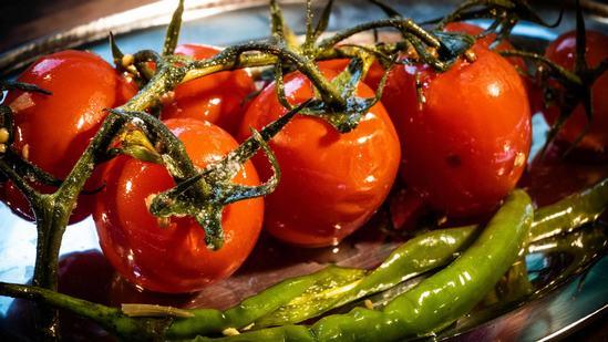Как быстро и вкусно приготовить солённые помидоры в пакете. (Фоторецепт)