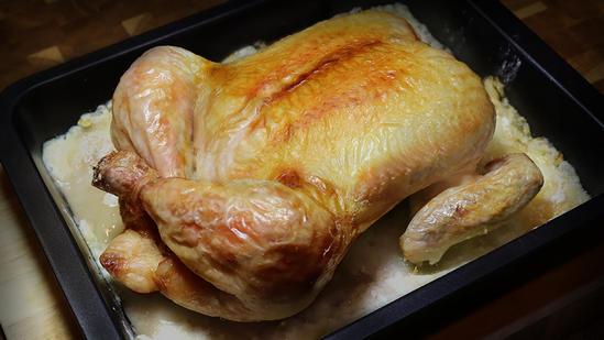 Самый простой способ приготовить целую курицу в духовке
