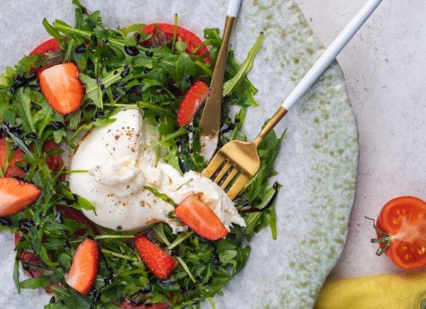 Легкий, летний салат: буратта с томатами и клубникой