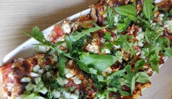 Необычный рецепт выпечки: солёный пирог с рабарбаром, помидорами и сыром