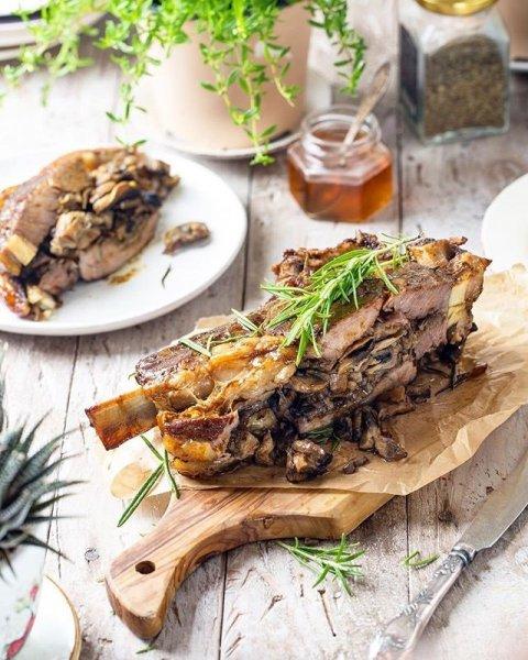 Для мужчин и голодных: кому необходимо приготовить сочную говяжью корейку с грибами