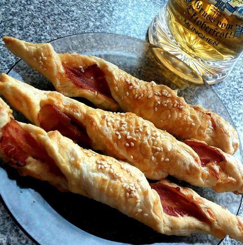 Вкусняшка для всей семьи: Слоеные палочки с сыром и беконом