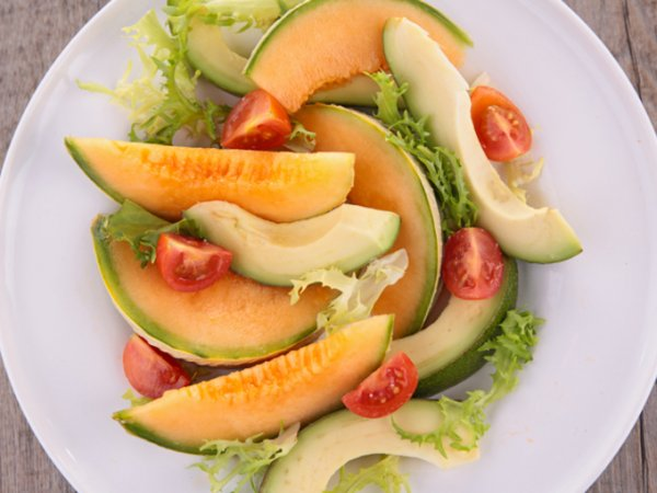 Летний салат из дыни и авокадо
