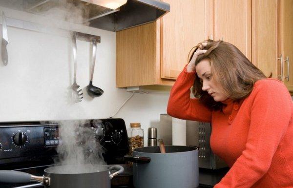 5 способов, как устранить запах гари, если  что-то пригорело на плите