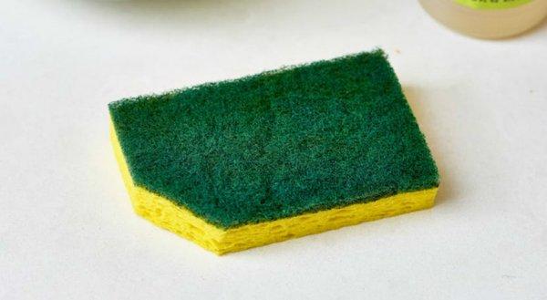 Зачем обрезать уголок у посудной губки?