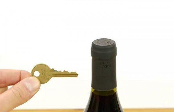 Как очень просто открыть бутылку вина, если нет штопора, но есть ключ от дверей
