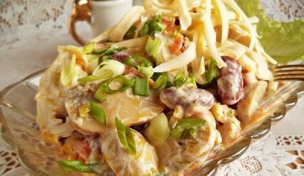 Очень простой, сытный и вкусный салат с фасолью, курицей и грибами.