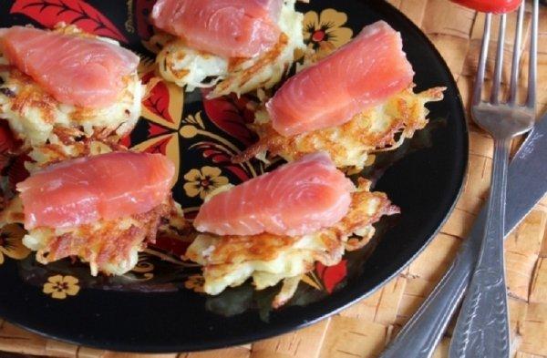 Как приготовить на закуску драники с красной рыбой