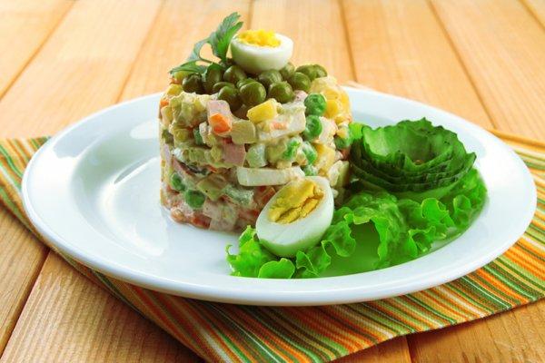 Оливье без майонеза и картофеля: легкий, свежий, ароматный и при этом сытный — не салат, а настоящий шедевр