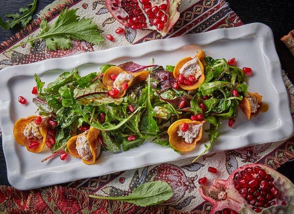 Аппетитный осенний рецепт: салат из хурмы с сыром