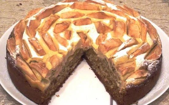 Медовый пирог с творожным суфле и яблоками