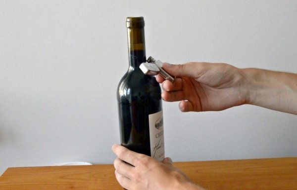Как открыть бутылку с вином, при помощи обыкновенной зажигалки