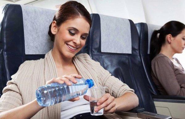 Почему на борт самолета нельзя проносить жидкость, и какие еще применяются подобные запреты