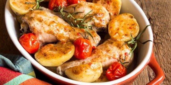 10 вариантов, как вкусно приготовить курицу с картошкой в духовке