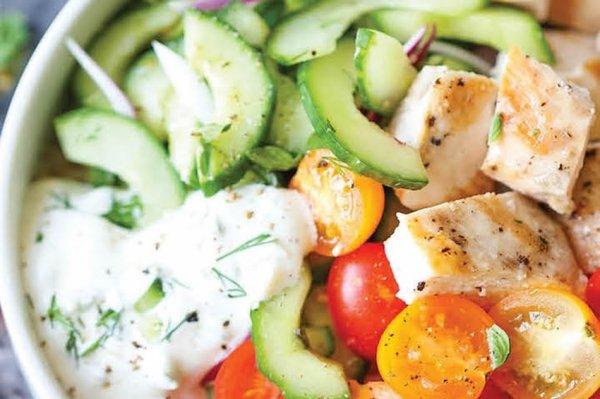 Овощной салат с курицей без майонеза