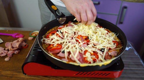 """Как быстро приготовить """"пиццу"""" из батона на сковороде. (Фоторецепт)"""