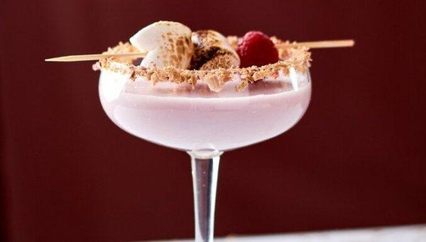 Страстная нежность кокоса и малины как пикантное дополнение к романтическому ужину