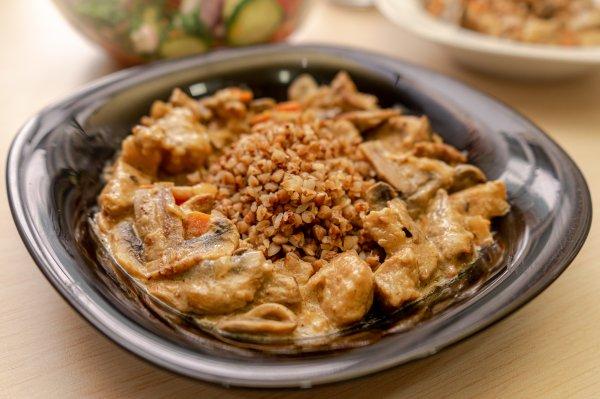 Гречка с мясом и грибами в сметанном соусе
