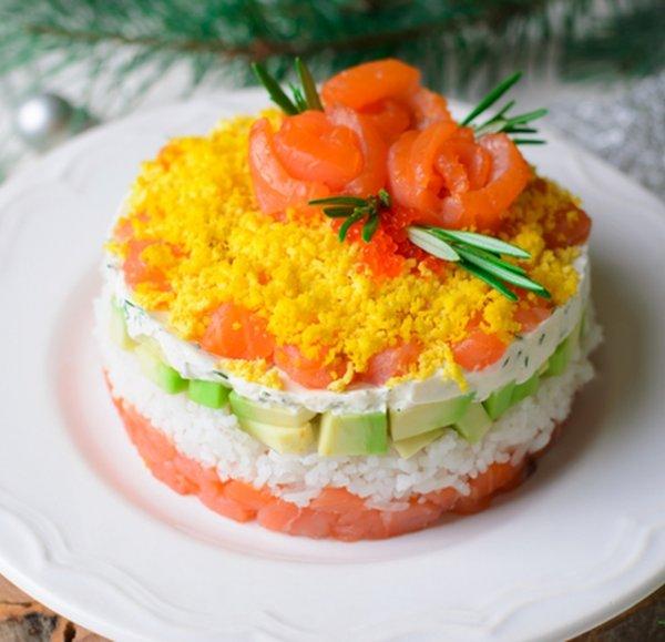 Праздничный салат красной рыбой, рисом и авокадо