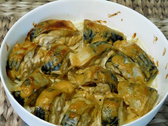 Вкуснейшая скумбрия в сметанно-горчичном соусе на луке