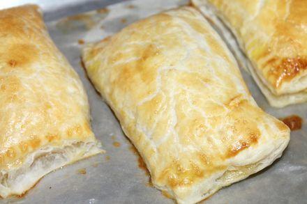 Слоеные пирожки с ветчиной и сыром