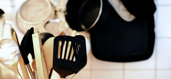 Почему нельзя мешать горячую еду пластиковой лопаткой?