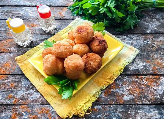 Картофельные шарики-бомбочки с курицей, ветчиной и сыром