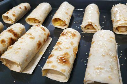 Куриные колбаски с сыром в лаваше, запеченные в духовке. (Фоторецепт)