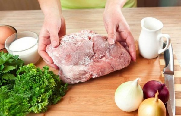 Как оперативно разморозить мясо, если забыл достать его из морозилки заранее