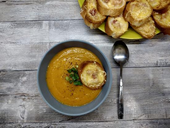 Тыквенный суп с беконом и сырными гренками: осень близко. (Фоторецепт)