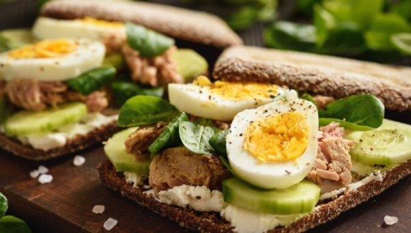 Почему нельзя завтракать круассаном и кофе: врачи рассказали о худших блюдах для завтрака