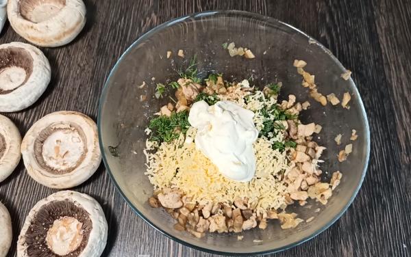 Как приготовить фаршированные шампиньоны с курицей и сыром